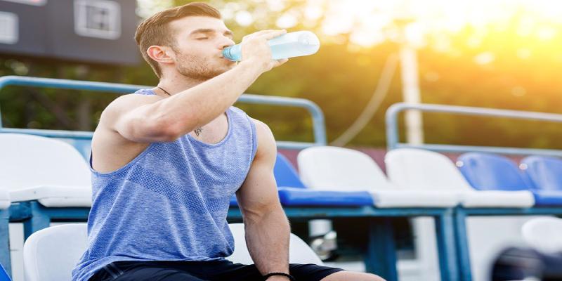 نوشیدن آب برای طراوت پوست حین ورزش