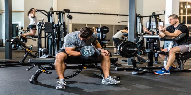 در هنگام تمرین، وزنه های سنگینتر را بلند کنید. (2)