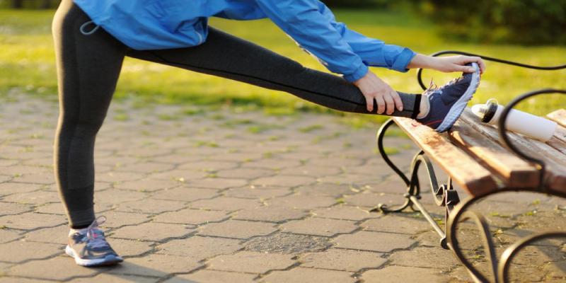 کشش-عضلات-همسترینگ-در-حالت-ایستاده-در-درمان-سیاتیک